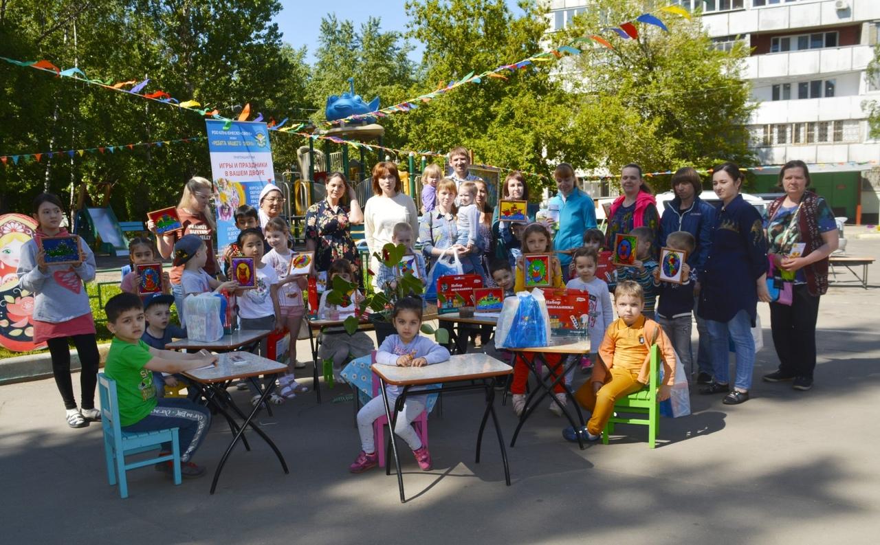 """Дети из студии """"Развитие"""" приняли участие в празднике """"Весь двор рисует"""" и получили подарки от БФ """"Детский мир"""""""