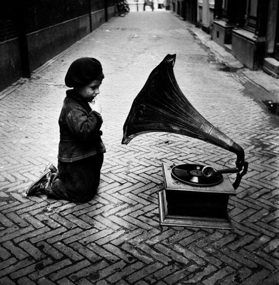 Послевоенный нидерландский фотограф Эд ван дер Элскен крепко-накрепко связал свою жизнь с фотокамерой. Через неё он смотрел на мир, её принёс в спальню и снимал свою жизнь с первой женой, а затем со второй и с третьей. С ней, накинутой на шею, он отправил