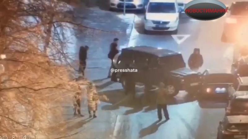 В Москве мужик расстрелял своих похитителей а потом протаранил их машину на бронированном Гелике
