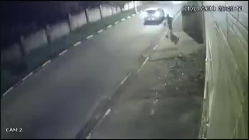 У Бразилії бандити на машині спробували пограбувати чоловіка, але той умів дуже добре, а, головне, непередбачувано бігати.
