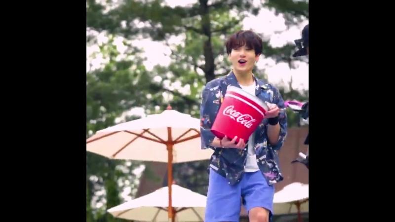 [Coca-Cola X BTS 정국의 아이컨택 영상 단독공개] - 비하인드 영상 마지막 편 드디어 공개! - 정국 의 미소로 짜릿함 충전하고 - 코카-콜라 BTS