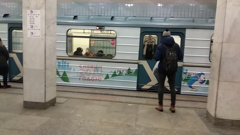 Новогодний электропоезд 81-717/714 маршрут №22 на станции метро Войковская 1 января 2019 года