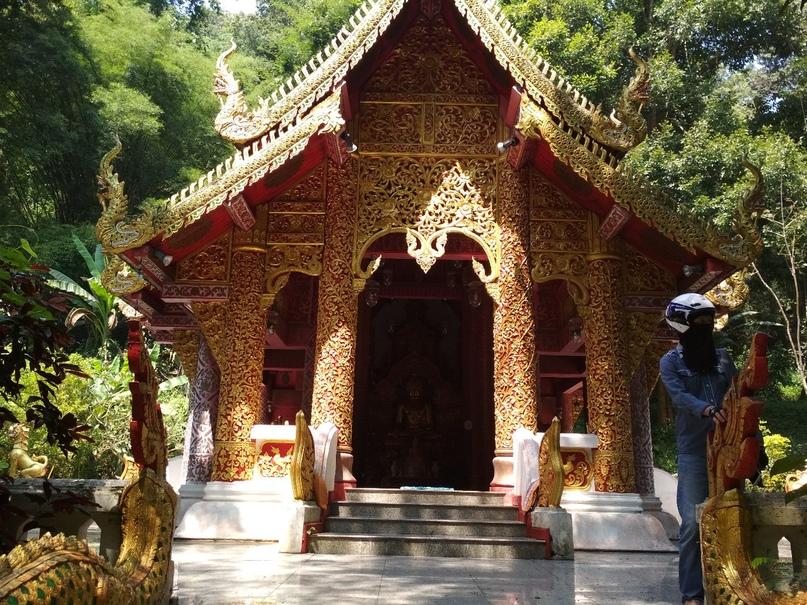 Богато изукрашенный храм в монастыре Wat Tum Pha Pian (Wat Tham Pakpiang)