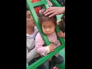 Бедняжка! Вот как спасали девочку на детской площадке в Линьи