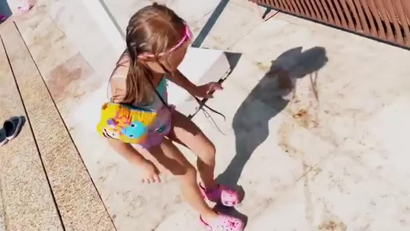 Дочка Задойнова и Камирен дурачится в аквапарке