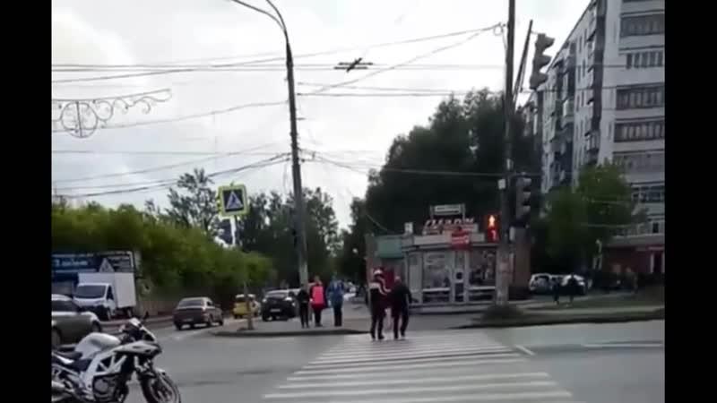 Мотоциклист переводит дедушку через дорогу