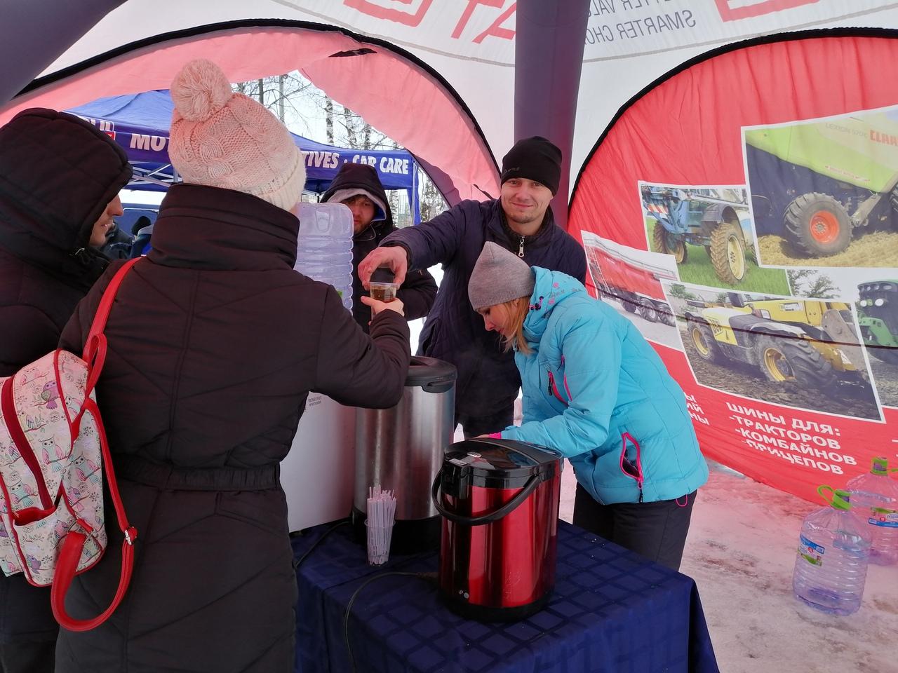 На правах спонсора коллектив Шинного центра МВБ согревал всех желающих горячим чаем.