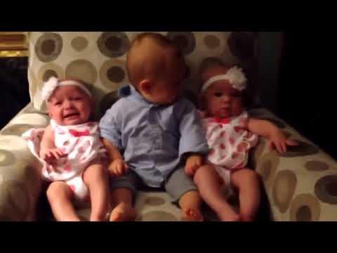Малыш впервые увидел близнецов и сам в шоке