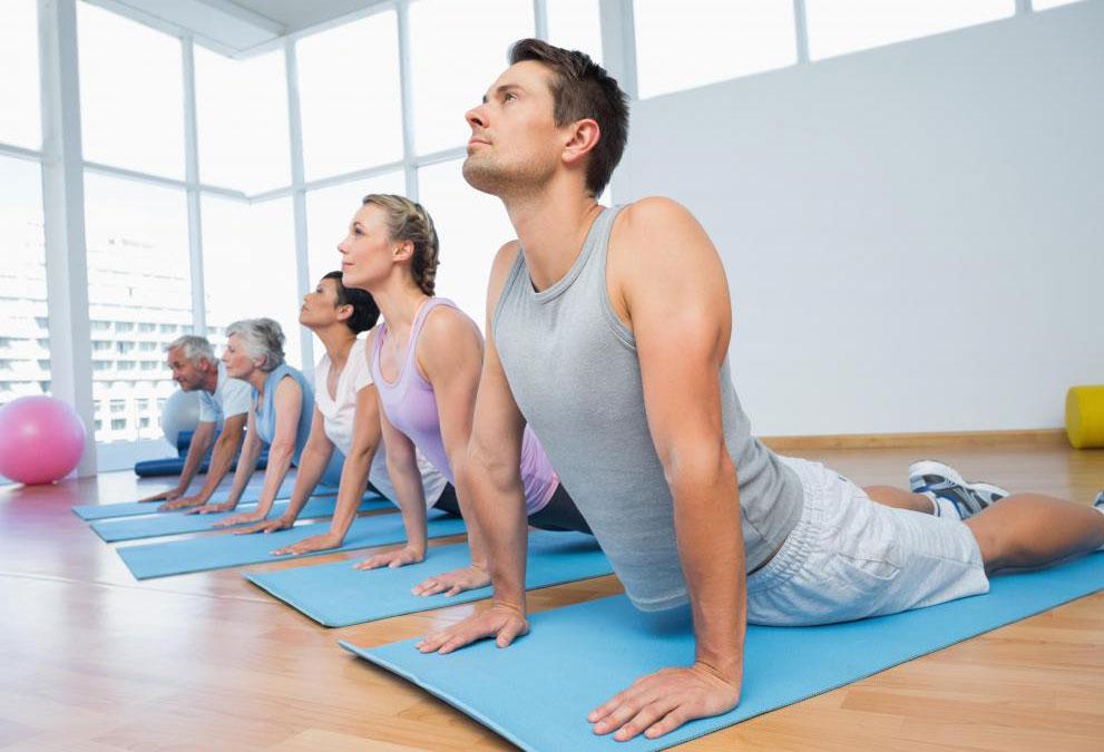 Бикрам йога обеспечивает сложную тренировку и обычно проводится в отапливаемой комнате.