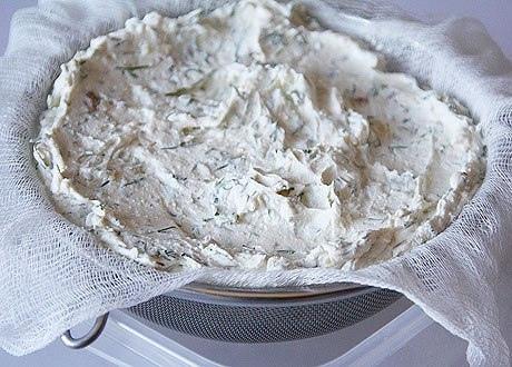 Домашний сыр с зеленью и чесноком