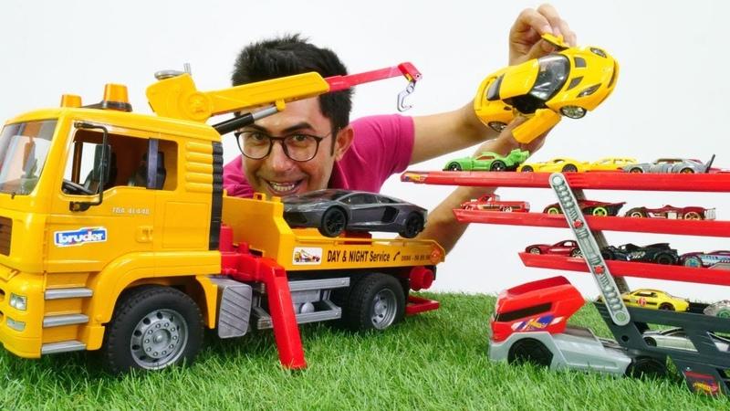 Oyuncak arabalar oto parkı ile taşınıyorlar. Lego oyuncakları