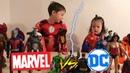Фигуры Marvel против DC/Дети в костюмах железного человека и супергерл делят мстители Avengers vs dc