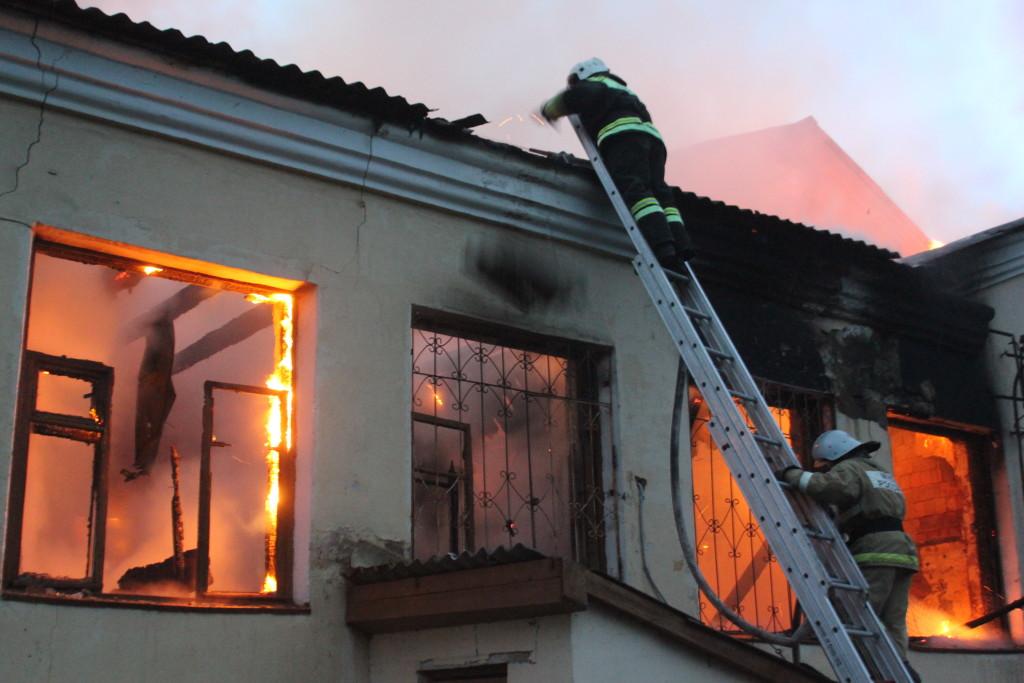 В Хрустальном пенсионер спас из огня парализованную соседку