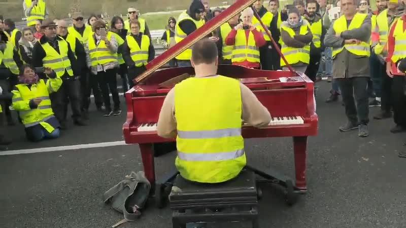 А вот вам и рояль! Живой концерт на трассе А9