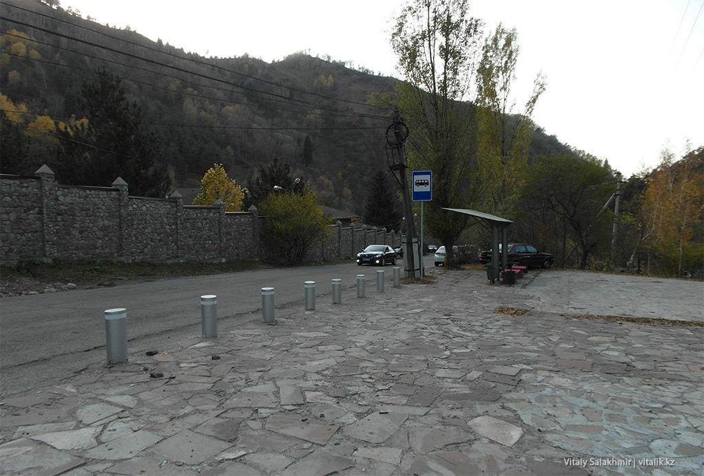 Остановка около шлагбаума, Бутаковка