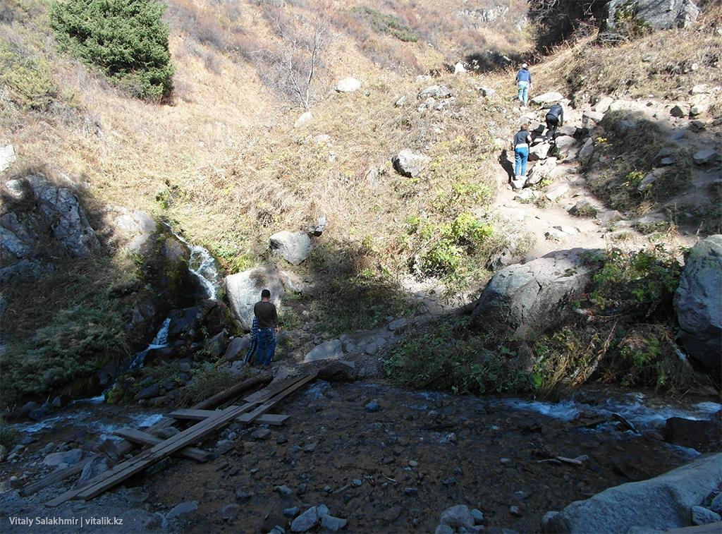 Переход речки у Бутаковского водопада