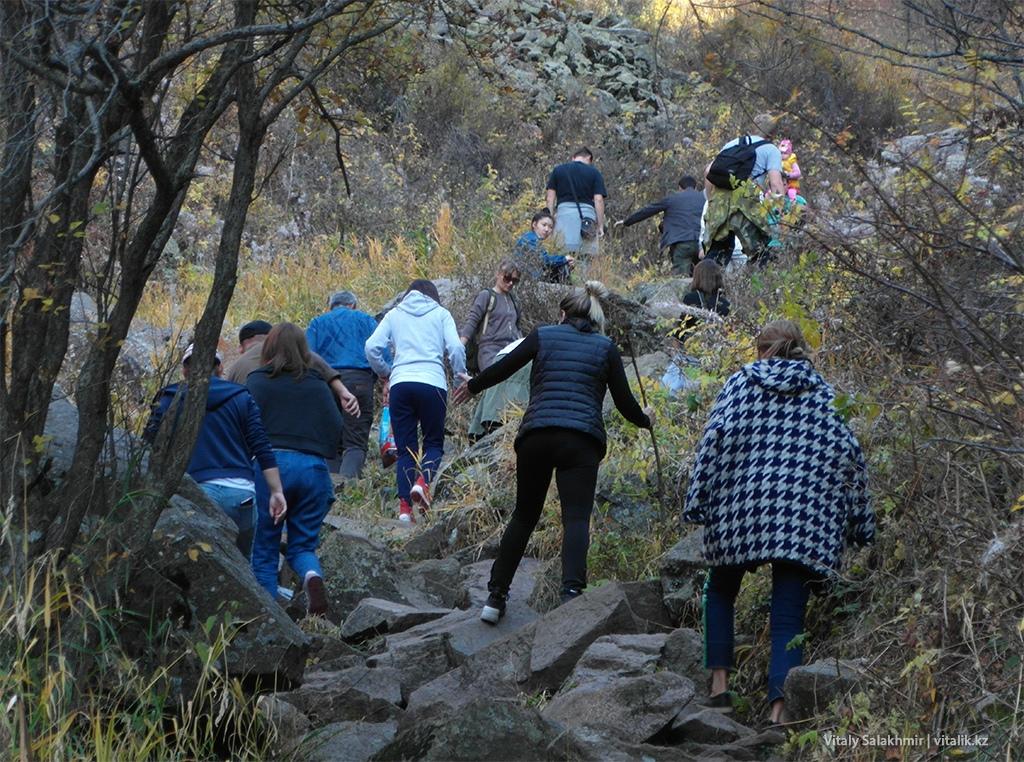 Посетители водопада на Бутаковке