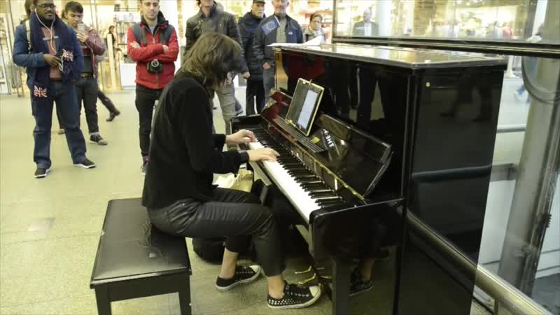 Playing Nothing Else Matters on Elton Johns piano at St. Pancras Station - London