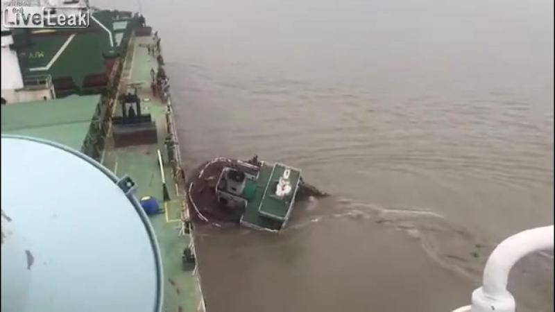 Люди в плавь спасаются от затонувшего катера