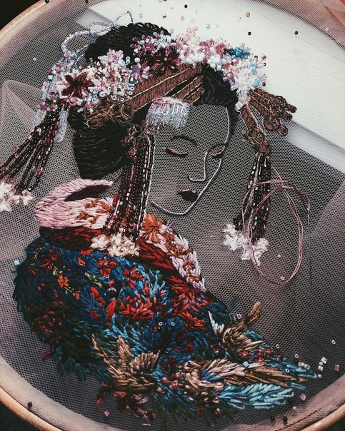 Вышитые картины Катерины Марченко Московская художница и дизайнер по тканям Катерина Марченко (aterina Marcheno) с помощью ярких нитей создает на тонкой сетчатой ткани сложные вышитые
