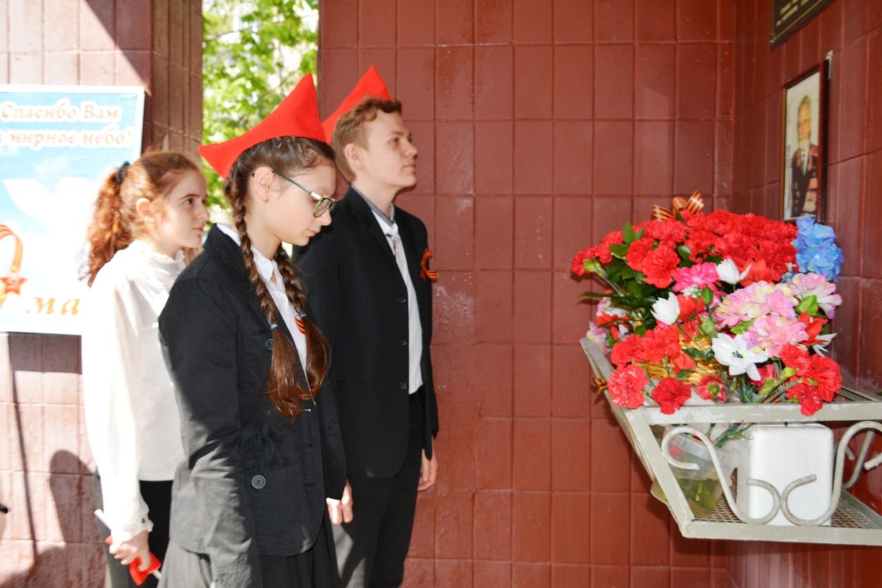 Возложение цветов к мемориальной доске Коломейцева А.Ф.