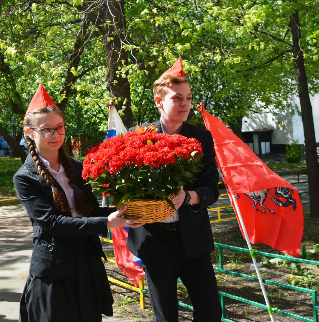 Возложение цветов к мемориальной доски Коломейцева А.Ф.
