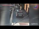 В Махачкале внедорожник проехал по тротуару возле здания фсб и прокатился по ступенькам
