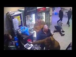 Простая российская продавщица отправляет покупателя в нокаут.