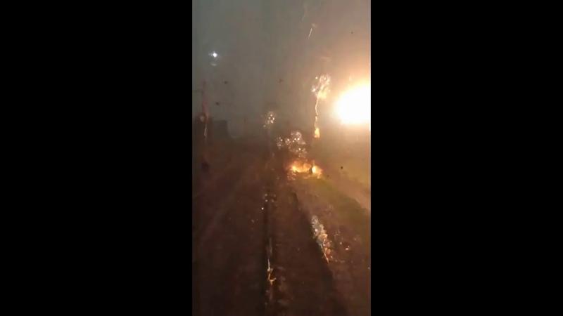 Молния попала в опору контактной сети