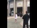Вход на показ Miu Miu, весна-лето 2019 – актриса Джульетт Льюис позирует фотографам.