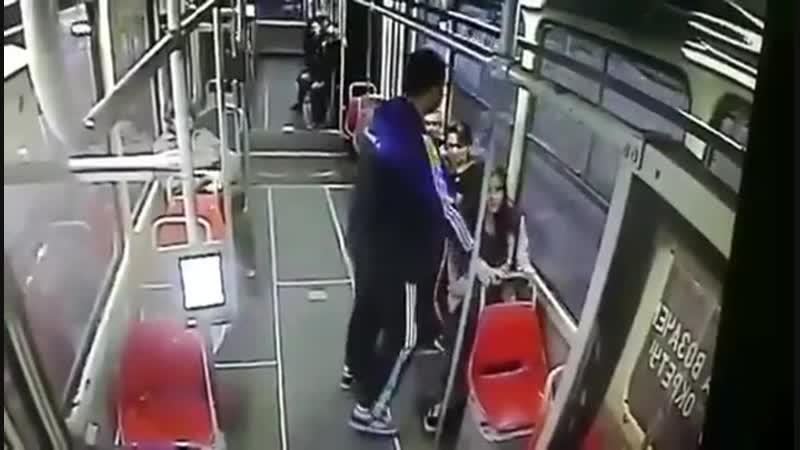Педофил напал на 15-летнюю школьницу в трамвае. Никто не вмешался. Белград, Сербия
