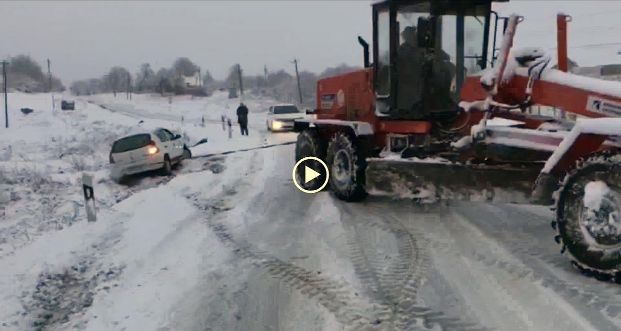 Под Таганрогом сотрудники ГИБДД помогли женщине-водителю вытащить автомобиль из кювета. ВИДЕО