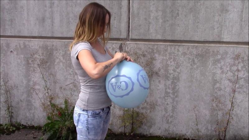 Looner Esthers third Sit2Pop Sie pustet einen C A Luftballon auf und bringt ihn zum Platzen