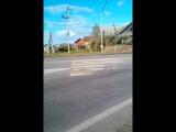 Водители едут на зеленый сигнал для пешиходов