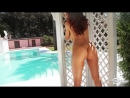 Tommi jo позирует у бассейна