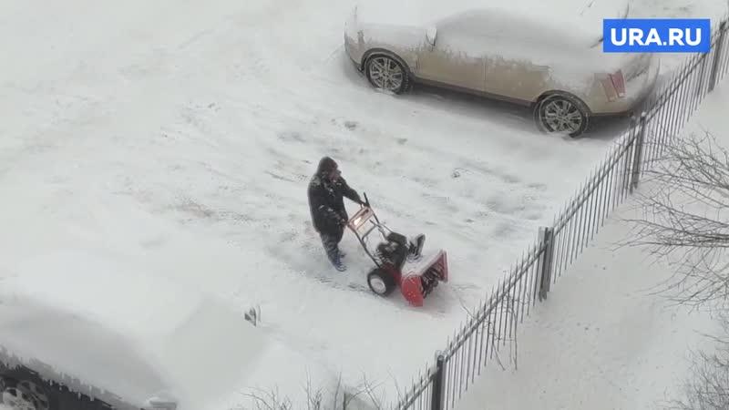 В Петербурге дворник элитного ЖК скидывает снег в соседний двор