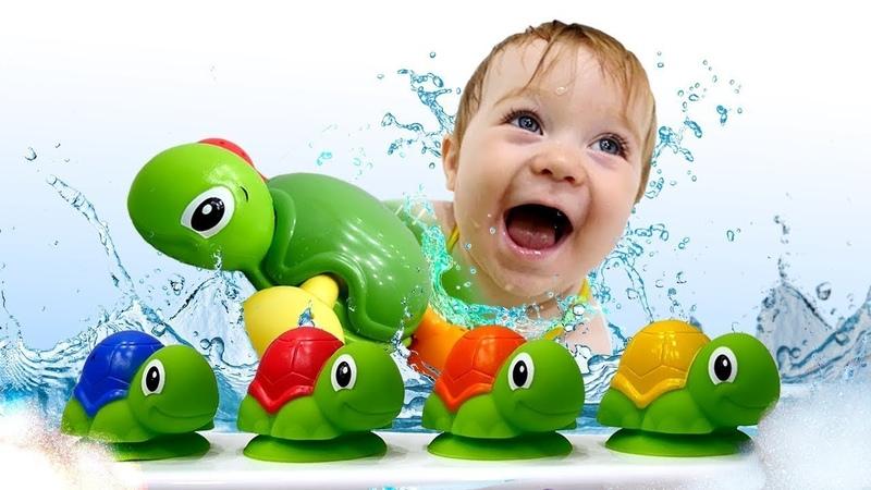 Bebek videosu. Bianka su oyuncakları ile oynuyor.