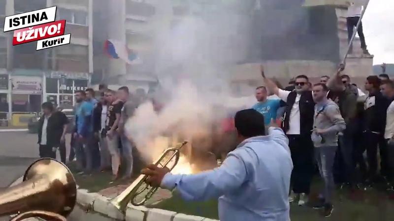TRUBAČI, NAŠA TROBOJKA I RUSKA ZASTAVA! Ovako maturanti na Kosovu slave kraj škole! (KURIR TV)