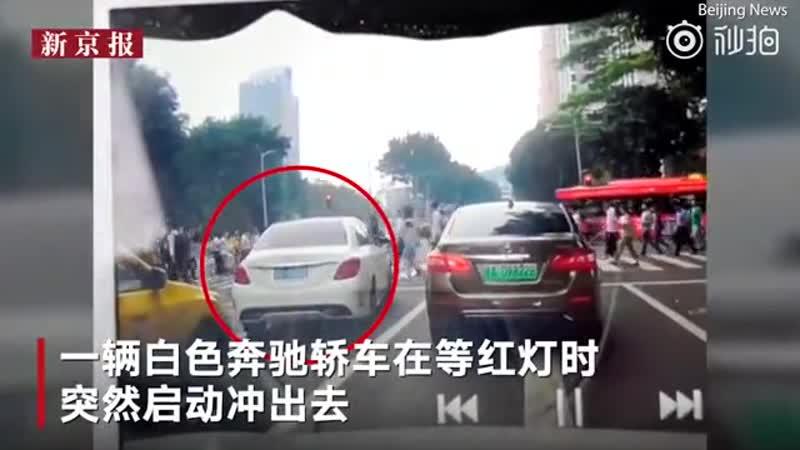 В Китае автомобиль выехал на красный свет, сбил десяток пешеходов и врезался в два других автомобиля.