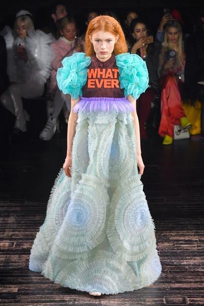 Платья-мемы в новой коллекции Vitor & Rolf Couture Фотографии, которые вы еще долго будете видеть во всех социальных сетях.От показов Vitor & Rolf обычно ждут тонны рюшей, километры тюля и