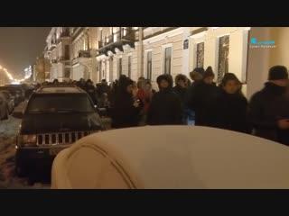 Сотни пар выстроились в очередь у Дворца бракосочетаний на Английской набережной