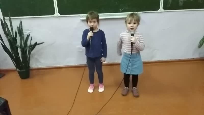 Милашки куклы неваляшки, самые юные солисты. Репетиция с микрофонами.