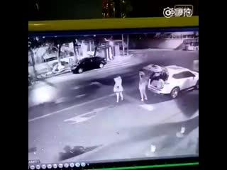 ДТП в ночное время сутокМужчина на белом седане сбил двоих девушек, стоящих у сломанной машины.Причиной ДТП послужило темное