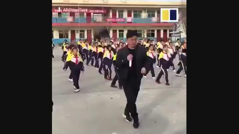 Директор школы на югеКитая обеспокоен избыточным весом у детей.В борьбе с детским ожирением и малоподвижным образом жизни директ