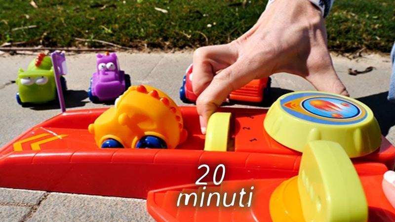 Maria gioca con i giocattoli sulla spiaggia - Video con Maria