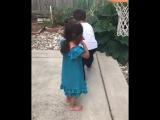 Брат помог сестер закинуть мяч в корзину