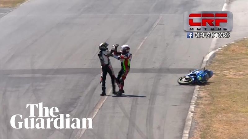 Мотоциклисты подрались во время гонки