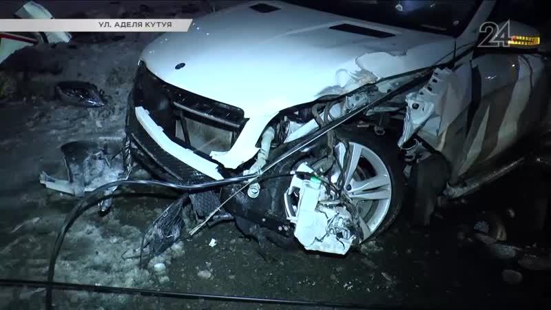 Внедорожник Mercedes ночью врезался в столб на улице Аделя Кутуя