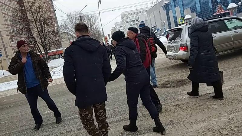 Пьяный дебошир избил водителя маршрутки в Кемерово. Драка на проезжей части