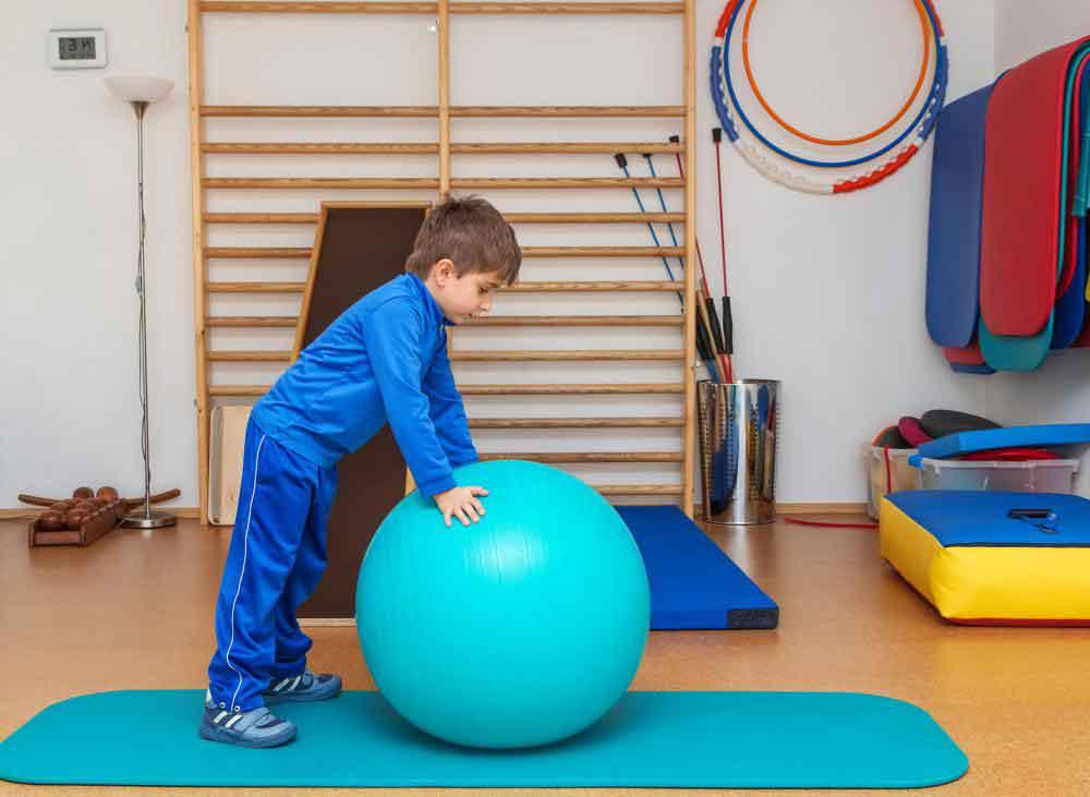 Профессиональная терапия часто используется, чтобы помочь детям с аутизмом улучшить их способность перемещать свои тела, чтобы они могли использовать ножницы, ездить на трехколесных велосипедах и ловить мячи
